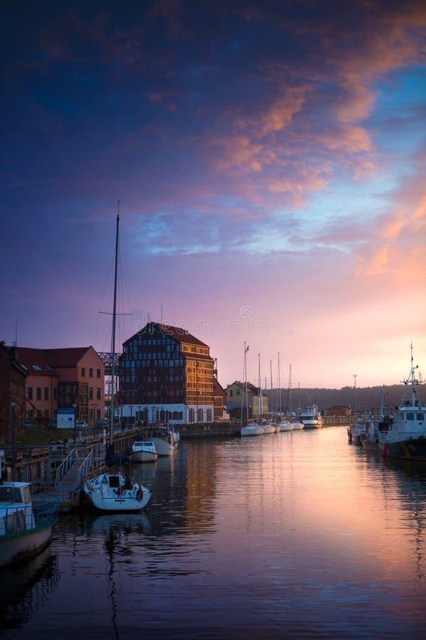 Klaipeda en la noche Río viejo de la ciudad y del danés lituania imagen de archivo libre de regalías