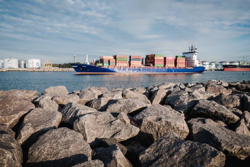KLAIPEDA, LITAUEN - 24. November 2019: Seetor des Hafens von Klaipeda Das Containerschiff, das den Hafen zum Meer verlässt lizenzfreie stockbilder