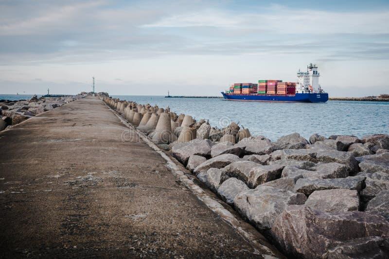 KLAIPEDA, LITAUEN - 24. November 2019: Seetor des Hafens von Klaipeda Das Containerschiff, das den Hafen zum Meer verlässt lizenzfreies stockbild