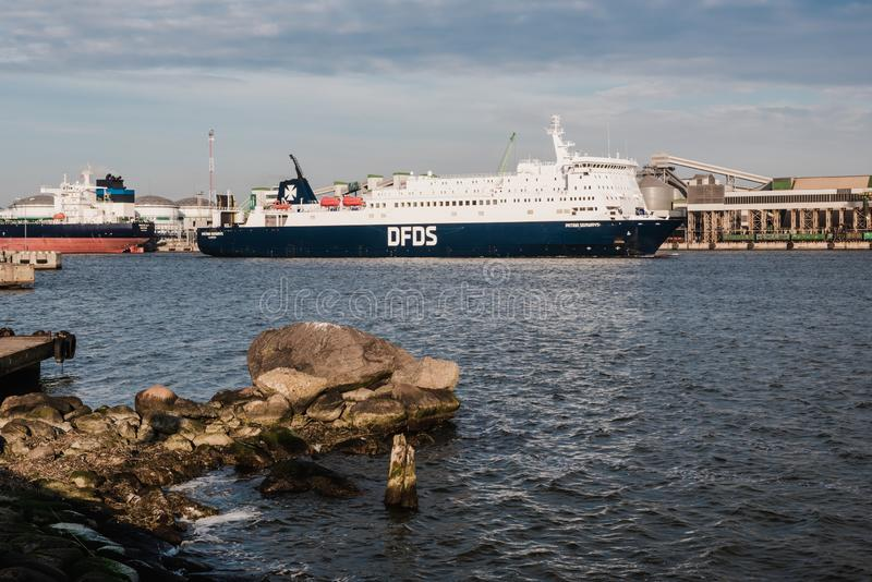 KLAIPEDA, LITAUEN - 24. November 2019: Seetor des Hafens von Klaipeda DFDS-Fährschiff in den Hafen von Klaipeda stockbilder