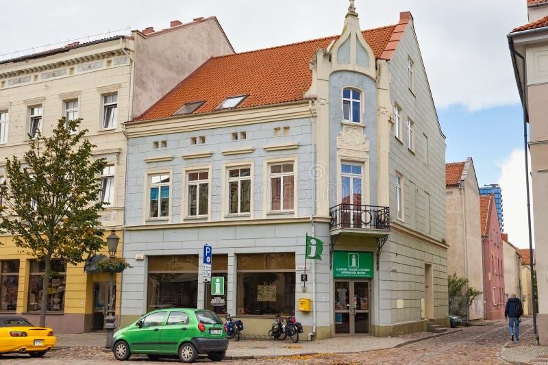 KLAIPEDA, LITOUWEN - SEPTEMBER 22, 2018: De historische bouw met Toeristisch de Informatiecentrum van Klaipeda royalty-vrije stock foto