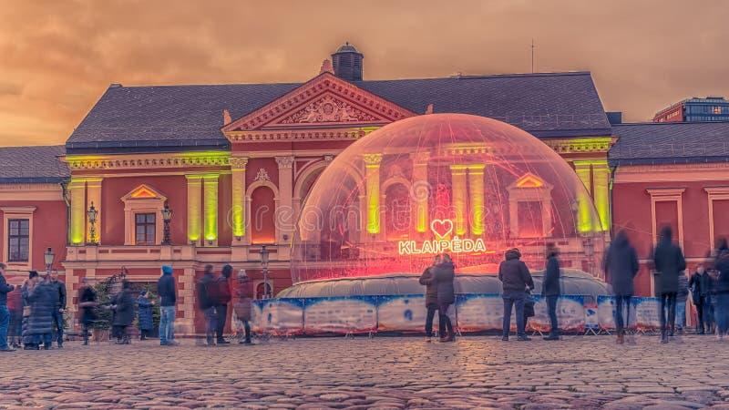 Klaipeda, Lituânia: Luzes e decorações de Natal no quadrado do teatro imagem de stock royalty free
