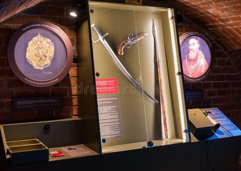 KLAIPEDA, LITUANIA - 22 DE AGOSTO DE 2018: Pistola vieja de la espada y del duelo como parte de la exposición del museo basada en imagenes de archivo