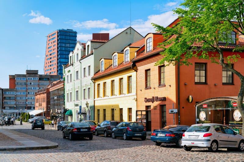 Klaipeda, Lituania - 9 de mayo de 2016: Arquitectura de la calle en la ciudad vieja de Klaipeda en Lituania, del este - país euro fotografía de archivo libre de regalías