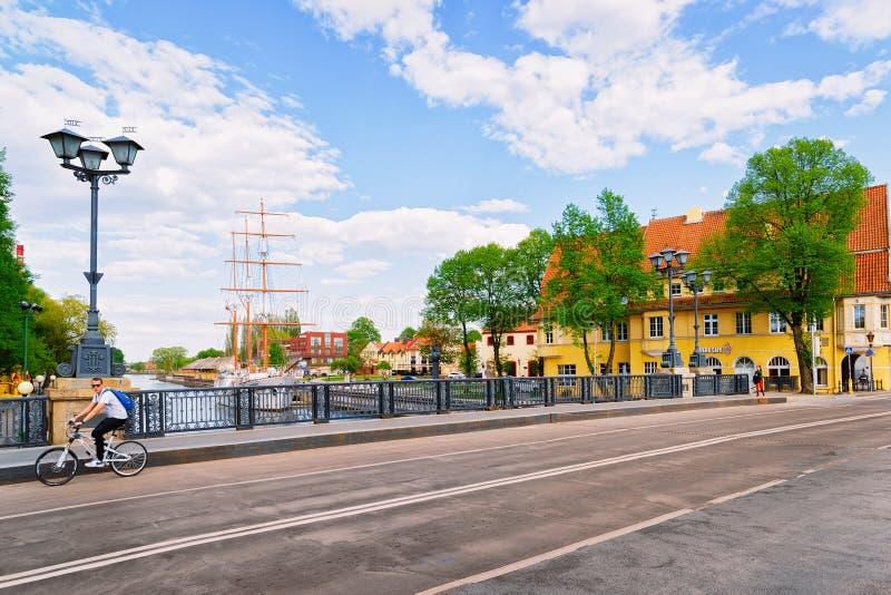 Klaipeda, Lituania - 9 de mayo de 2016: Bicicleta en el puente en Dane River en la ciudad vieja de Klaipeda en Lituania, del este imagen de archivo libre de regalías