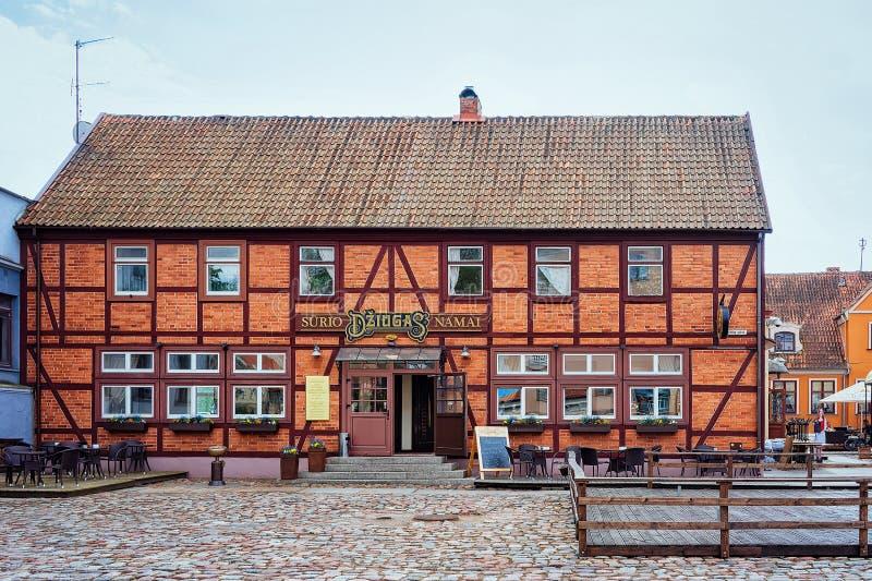 Klaipeda, Lituania - 9 de mayo de 2016: Café que construye en el centro de la ciudad vieja de Klaipeda en Lituania, del este - pa imagen de archivo