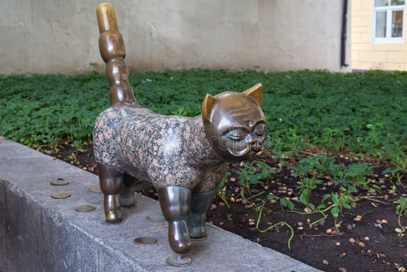 KLAIPEDA, LITUANIA - 22 DE SEPTIEMBRE DE 2018: Escultura conocida como gato con la pieza intelectual del rostro humano en el cent fotografía de archivo libre de regalías