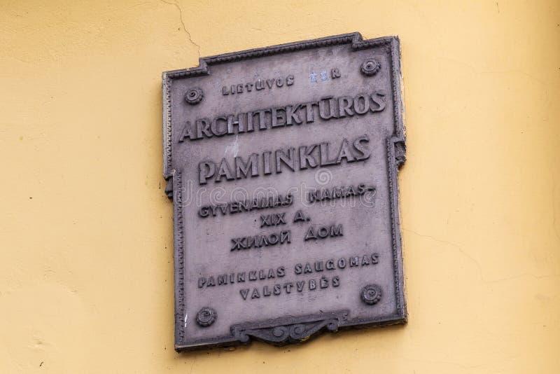 KLAIPEDA, LITUANIA - 22 SETTEMBRE 2018: Uno dei segni lituani con la designazione di appartenenza al patrimonio architettonico fotografie stock