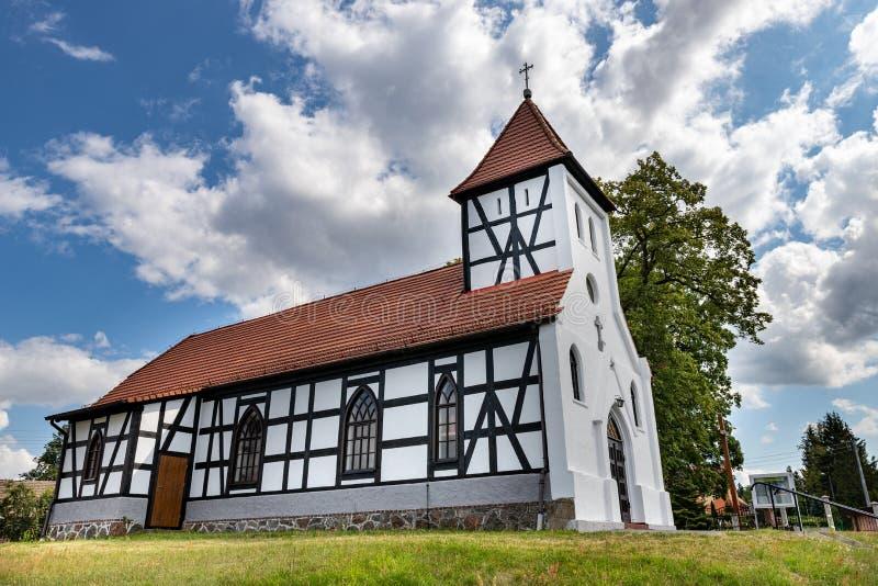 Klanino, zachodniopomorskie/Pologne - 26 juillet 2019 : Église catholique en Europe centrale Vieux temple rénové dans un petit vi photo libre de droits
