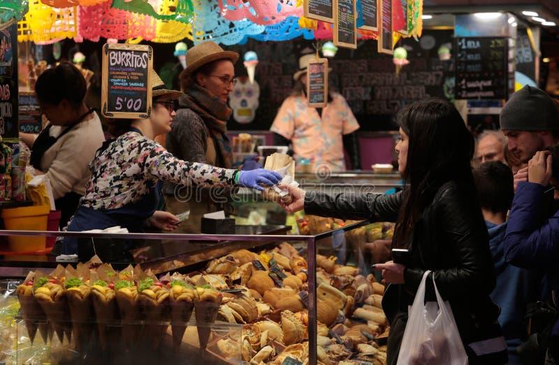 Klant bij een Mexicaanse voedseltribune royalty-vrije stock afbeeldingen