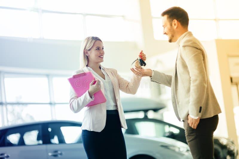 Klant die een auto kopen bij het handel drijven royalty-vrije stock fotografie