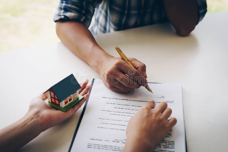 Klant die een document document voor het kopen van huis ondertekenen Gelukkige Indische bedrijfsvrouw of makelaar in onroerend go royalty-vrije stock fotografie