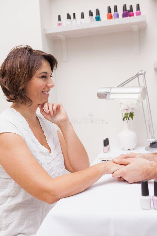 Klant die een manicure krijgen royalty-vrije stock foto