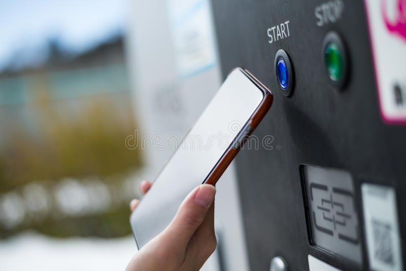 Klant die hoewel NFC op parkerenmachine betalen royalty-vrije stock foto