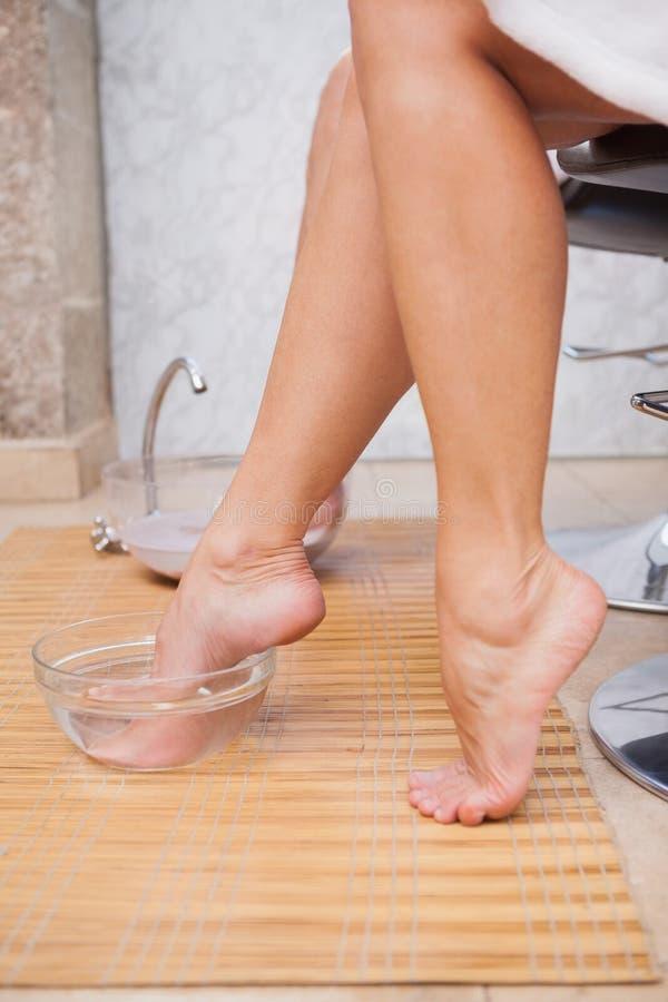 Klant die hun voet reinigen royalty-vrije stock foto
