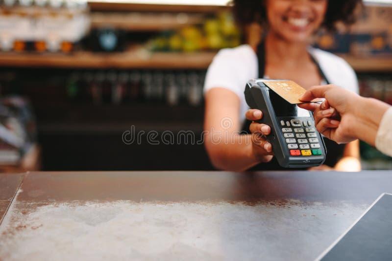 Klant die rekening betalen die kaart gebruiken stock foto's