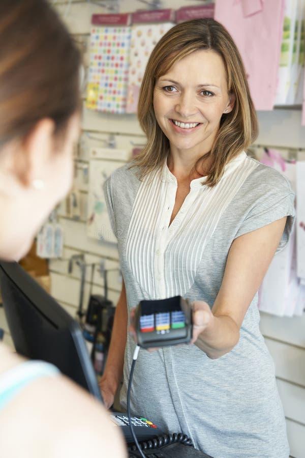 Klant die voor Goederen betalen die Creditcardmachine met behulp van stock foto's