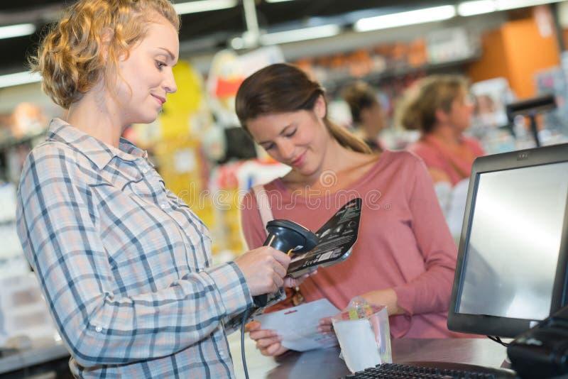 Klant die voor het Winkelen bij Supermarktcontrole betalen royalty-vrije stock afbeeldingen
