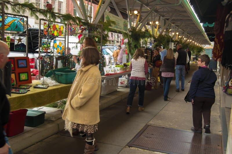 Klanten bij de Historische Roanoke-Landbouwersmarkt stock afbeelding
