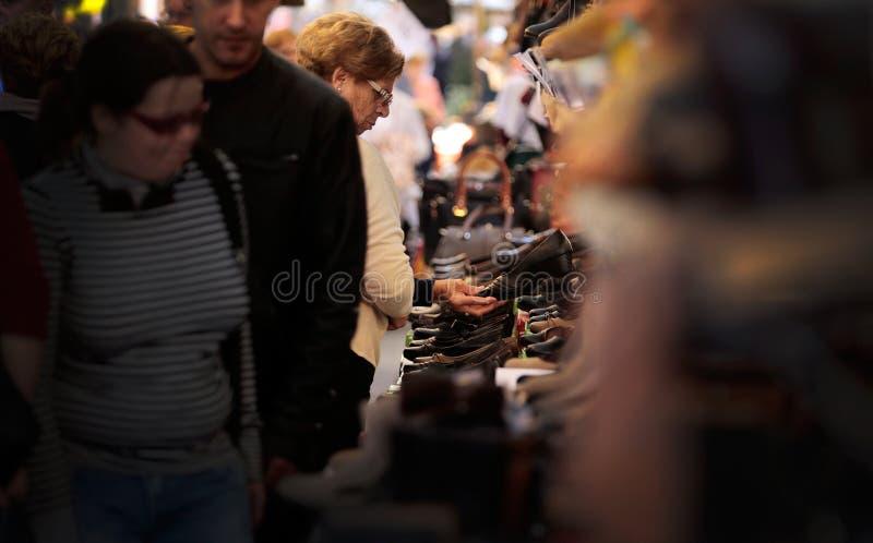Klanten bij schoenentribune bij Vlooienmarkt stock foto