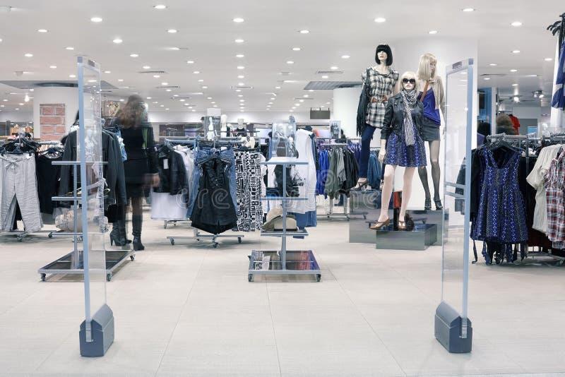 Klanten bij winkelcentrum, motieonduidelijk beeld stock foto's
