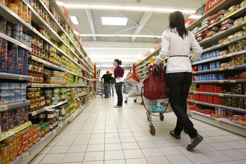 Klanten die bij supermarkt winkelen royalty-vrije stock afbeeldingen