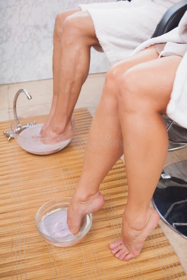Klanten die hun voet reinigen stock fotografie