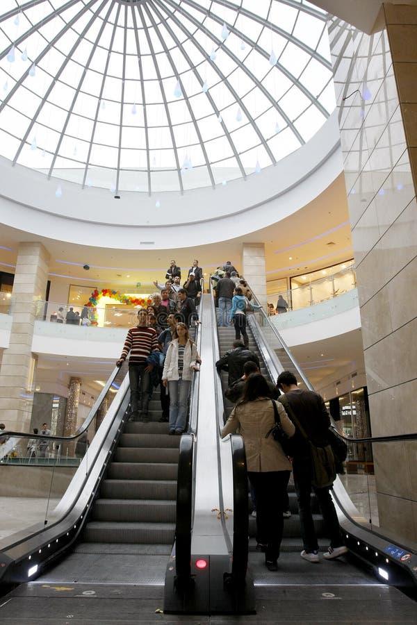 Klanten die in wandelgalerij winkelen royalty-vrije stock afbeeldingen