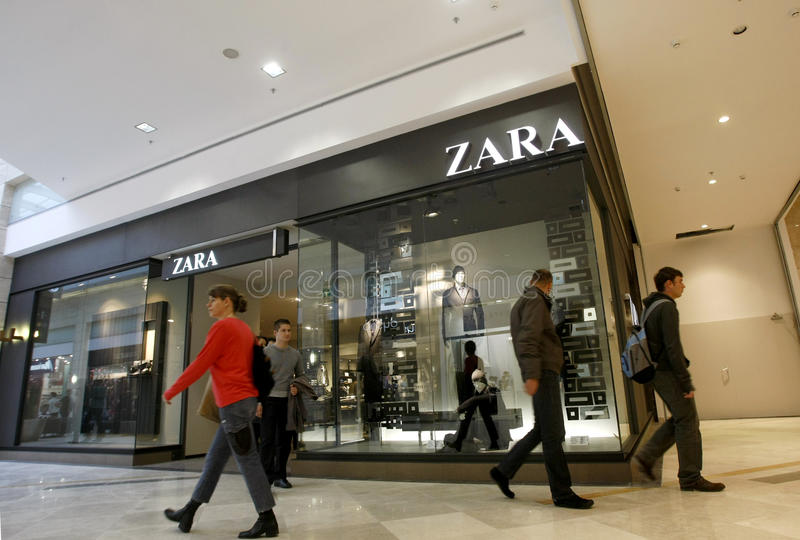 Klanten die in wandelgalerij winkelen - opslag Zara royalty-vrije stock fotografie