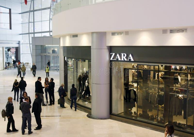 Klanten die in wandelgalerij winkelen - opslag Zara stock foto