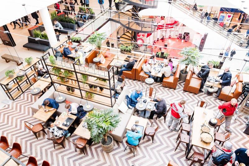 Klanten en bezoekers bij Ratina-winkelcentrum in Tampere royalty-vrije stock afbeelding