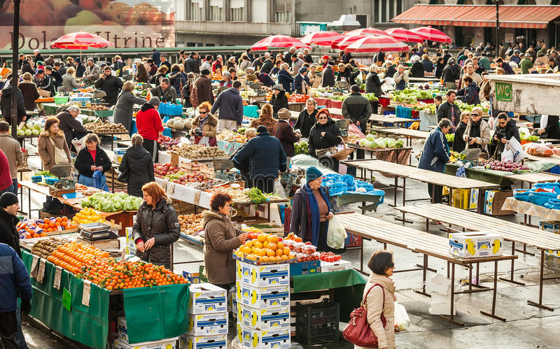 Klanten en verkopers bij Dolac-markt in Zagreb, Kroatië royalty-vrije stock fotografie