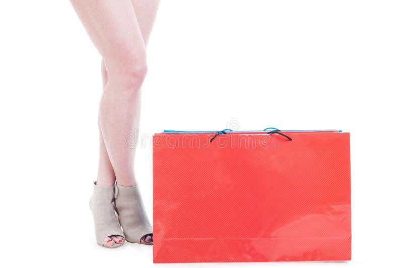 Klantenconcept met jonge vrouwelijke benen die zich dichtbij het winkelen bedelaars bevinden royalty-vrije stock foto's
