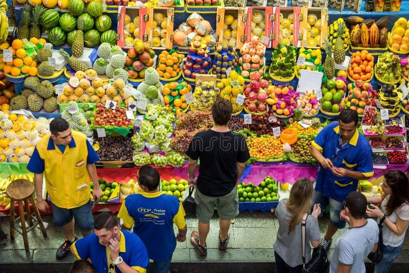 Klantenkruidenierswinkel die bij Gemeentelijke Markt in Sao Paulo, Brazilië winkelen stock afbeelding