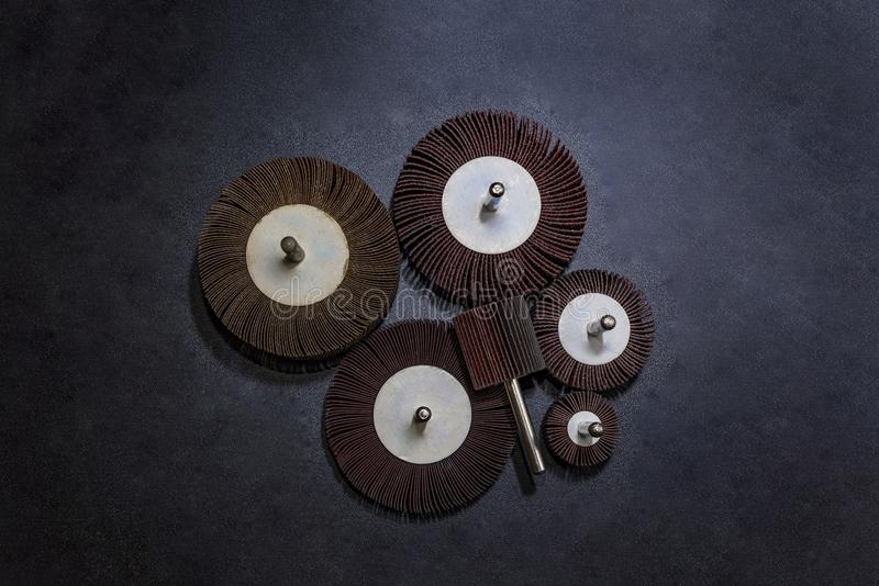 Klapowany koło Stos koloru ścierny Klapowany koło przemysłowy na drewnianej tło teksturze szklaka koła narzędzie - fachowy equipm zdjęcia royalty free