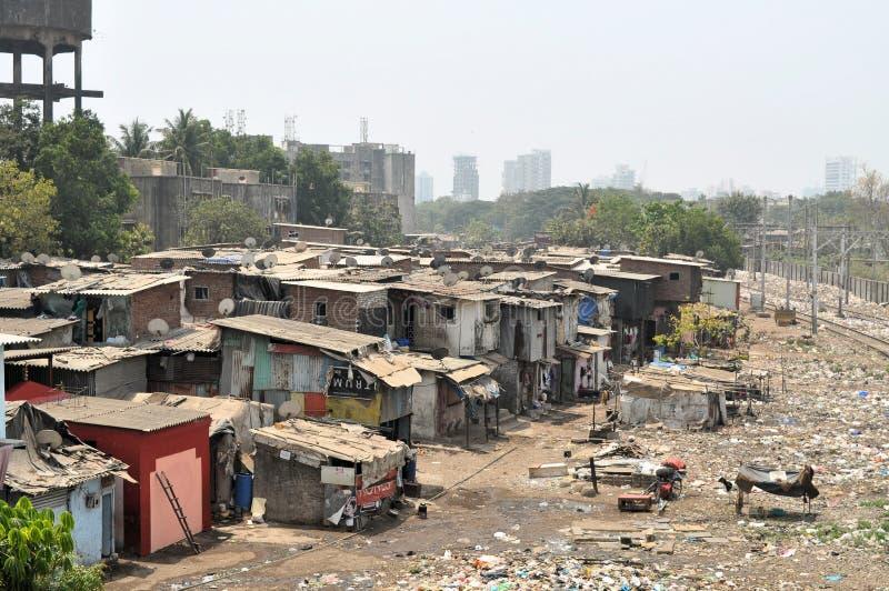 Klapperige Hütten in Mumbais Elendsviertel Dharavi stockbilder