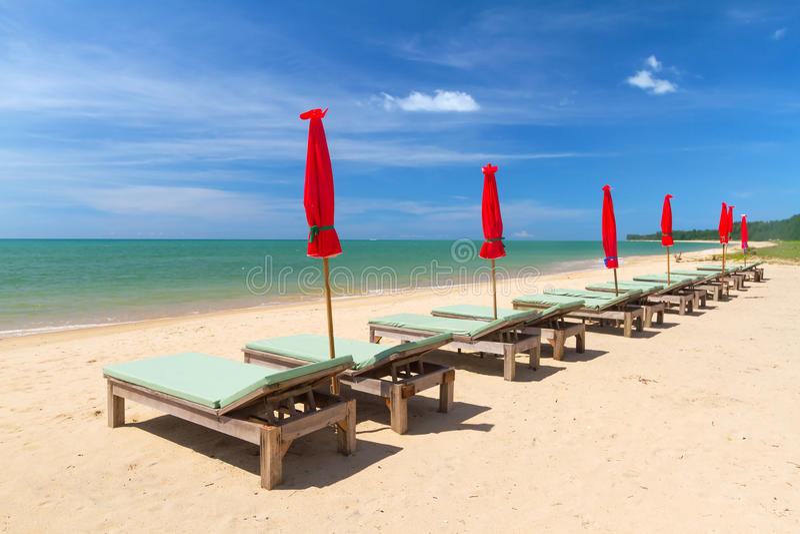 Klappstühle Auf Dem Tropischen Strand Lizenzfreie Stockbilder