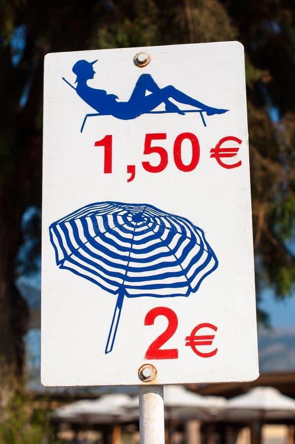 Klappstuhl und Regenschirmmiete stockbild