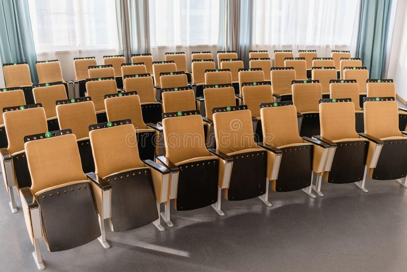 Klappstuhlnahaufnahme Gro?er leerer moderner Konferenzsaal im Luxushotel Publikum f?r Sprecher an der Gesch?ftsversammlung stockbild