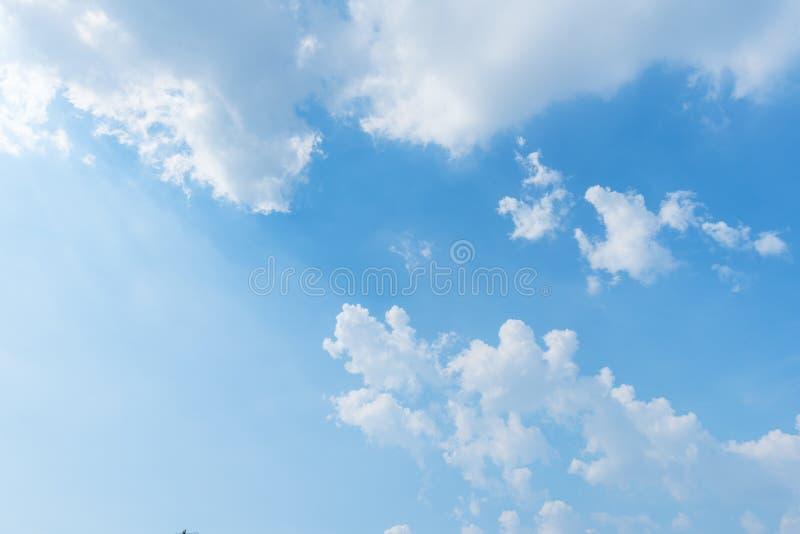Klar bakgrund för blå himmel, moln med bakgrund arkivbild