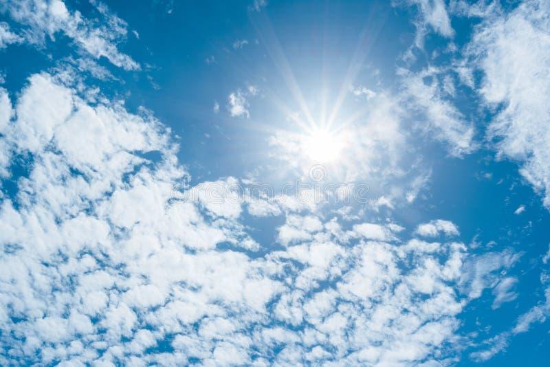 Klar bakgrund för blå himmel, moln med bakgrund arkivbilder