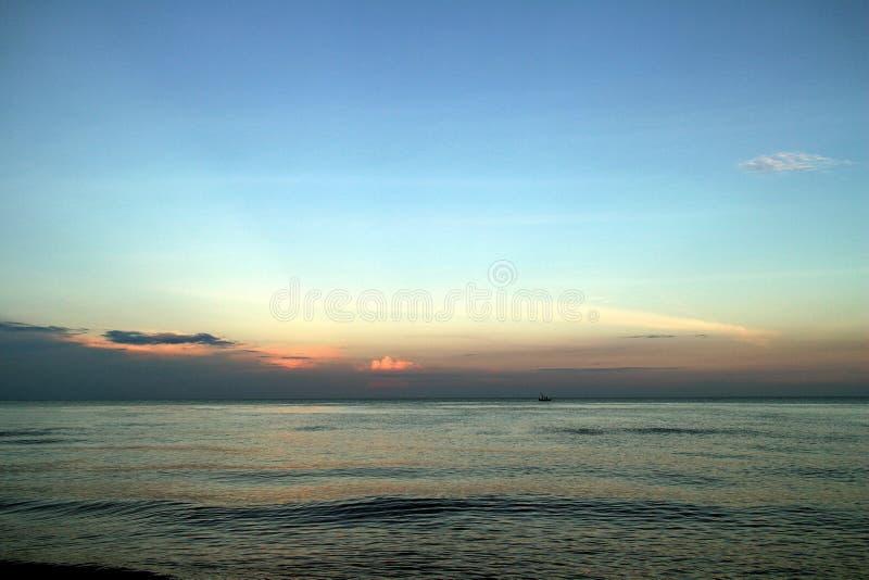 Klar blå himmel, blått hav, strand, moln, solnedgång royaltyfria foton
