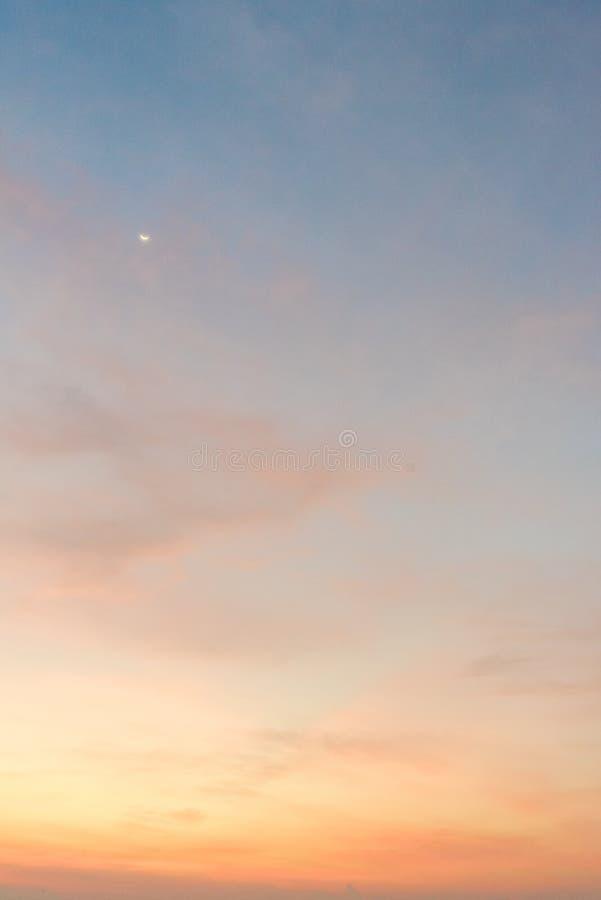 Klar blå himmel med molnbakgrund royaltyfri fotografi