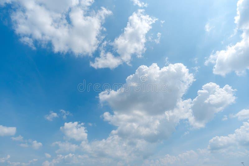 Klar blå himmel med molnet arkivbilder