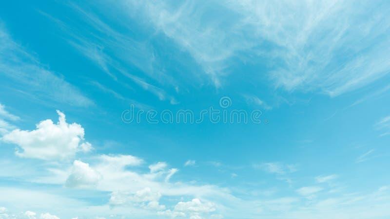 Klar blå himmel med molnet arkivbild
