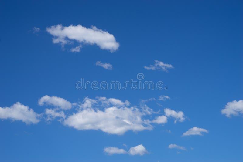 Klar blå himmel med vit fördunklar bakgrund arkivfoto