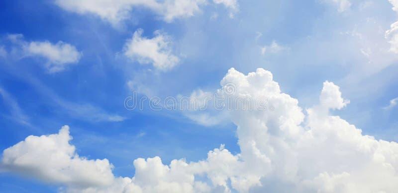 Klar blå himmel och vit fördunklar, abstrakt bakgrund arkivfoton