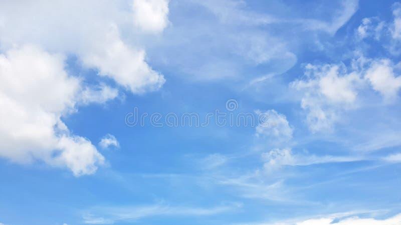 Klar blå himmel och vit fördunklar, abstrakt bakgrund arkivbild
