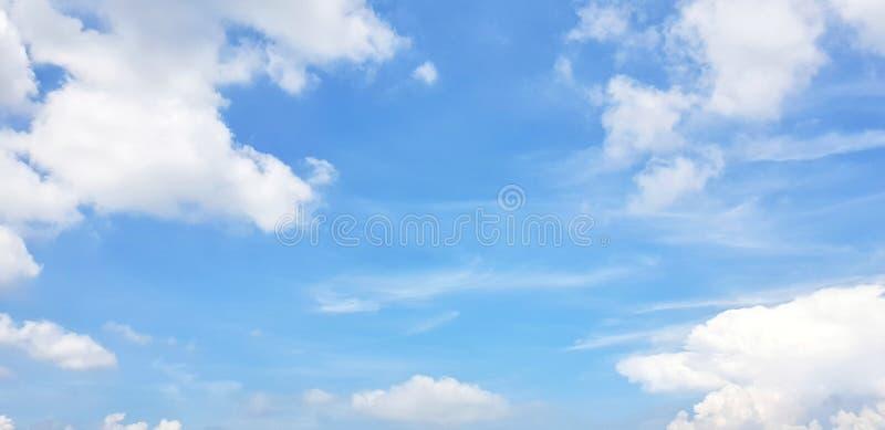 Klar blå himmel och vit fördunklar, abstrakt bakgrund royaltyfri foto