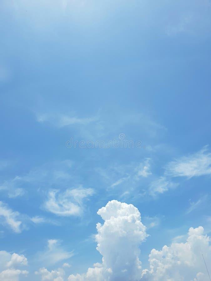 Klar blå himmel och vit fördunklar, abstrakt bakgrund royaltyfri fotografi